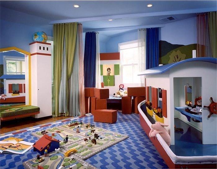 Основное и дополнительное освещение детской представлено подвесом и двумя настольными лампами